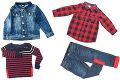 Взгляд сверху на наборе мальчика ребенка одежд Коллаж одежды одеяния Джинсы, рубашка и куртка джинсов на белой предпосылке стоковые изображения rf