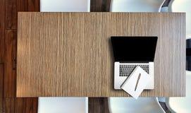 Взгляд сверху сверху на ноутбуке на деревянном столе стоковые фотографии rf