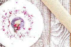 Взгляд сверху на пирожном сделанном из голубик, анакардии стоковые фотографии rf
