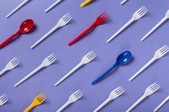 Взгляд сверху на пластичных вилках на фиолетовой предпосылке Стоковые Фото