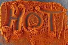 Взгляд сверху на предпосылке текстуры порошка перца красных чилей при текст изолированный на темной предпосылке Стоковое Фото