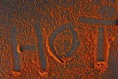 Взгляд сверху на предпосылке текстуры порошка перца красных чилей с текстом на темной предпосылке Стоковое Изображение