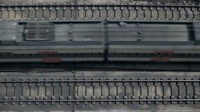 Взгляд сверху на проходить поезда акции видеоматериалы