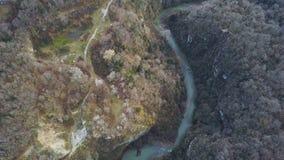 Взгляд сверху на реке в осени зажим Поле surrounds реки желтое и зеленые наклоны гор леса покрытые с сочным Стоковые Изображения RF