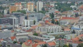 Взгляд сверху на современных зданиях в небольшом городе и окраинах в дневном времени видеоматериал