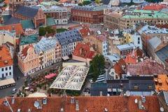 Взгляд сверху на старом городке с красивыми красочными зданиями и рыночном мести в городе Риги, Латвии стоковое изображение