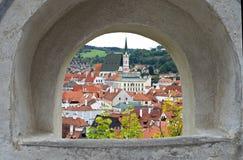 Взгляд сверху на Cesky Krumlov через окно в стене замка стоковые фото