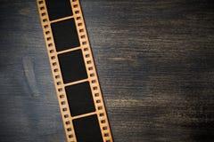 Взгляд сверху немедленной рамки фото на деревянной предпосылке r стоковая фотография