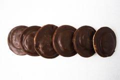 Взгляд сверху нескольких покрытых шоколадом тортов закуски стоковые изображения