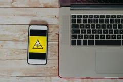 Взгляд сверху нестабильного значка соединения wifi на умном экране телефона стоковое фото rf