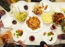 Взгляд сверху обедающего семьи стоковое изображение rf