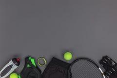 Взгляд сверху оборудования и sportswear тенниса, отслежыватель фитнеса и бутылка спорт Стоковые Изображения