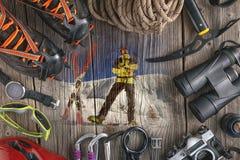 Взгляд сверху оборудования скалолазания на деревянной предпосылке Побелите сумку мелом, веревочку, взбираясь ботинки, belay/rappe Стоковые Изображения