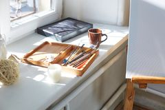 Взгляд сверху объектов для рисовать Щетки, краски в коробке для материалов на белой предпосылке искусство Стоковая Фотография RF