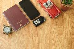 Взгляд сверху объект перемещения включает ретро часы, пасспорт, ключ, автомобиль, Стоковые Изображения RF