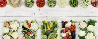 Взгляд сверху овощей на деревянном столе кухни белом, знамени co сети Стоковые Фотографии RF