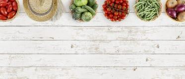 Взгляд сверху овощей на таблице кухни белой большой, знамени сети Стоковые Изображения RF