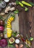 Взгляд сверху органических естественных свежих овощей на деревянном backgrou Стоковое фото RF