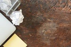 Взгляд сверху отсутствие идеи - бумажной погани скомкайте бумагу падая к повторно используя ящику, бросил к ящику корзины металла стоковые изображения