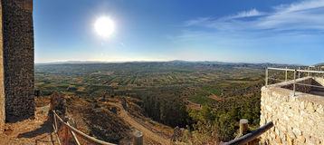 Взгляд сверху от старого замока к горам. Стоковое фото RF