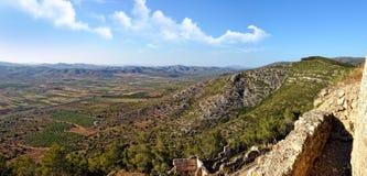 Взгляд сверху от старого замока к горам. Стоковая Фотография RF
