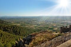 Взгляд сверху от старого замока к горам. Стоковое Изображение RF