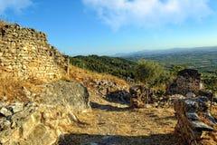 Взгляд сверху от старого замока к горам. Стоковая Фотография