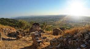 Взгляд сверху от старого замока к горам. Стоковые Изображения RF