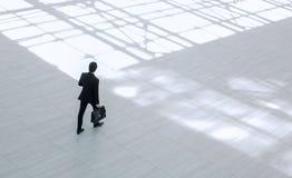 Взгляд сверху от afar Исполнительный бизнесмен с портфолио стоковые изображения rf