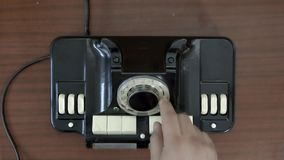 Взгляд сверху Очень старый роторный телефон Телефон года сбора винограда диска руки закручивая Старые техники связи сток-видео