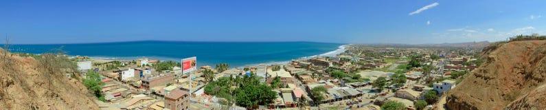 Взгляд сверху панорамы пляжа и городка Mancora, Перу стоковое изображение rf