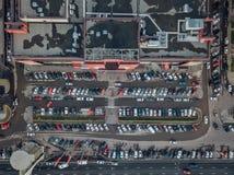 Взгляд сверху парковки около большого торгового центра принятого трутнем стоковое фото rf