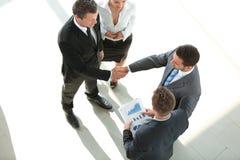 взгляд сверху партнеры рукопожатия финансовые Стоковое Фото