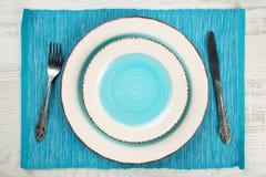 Взгляд сверху пары пустых салата и плит обедающего с вилкой сини teal хорошей и винтажной и ножом на салфетке и whi бирюзы Стоковые Фотографии RF