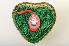 Взгляд сверху пасхальных яя в корзине Стоковое Фото