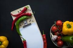 Взгляд сверху перцев чилей с семенами, овощами объявления листа чистого листа бумаги зрелыми свежими Стоковая Фотография RF