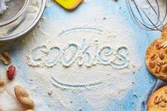 Взгляд сверху печенья слова написанное на муке и наборе продуктов для варить печенья стоковое изображение rf