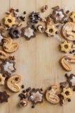 Взгляд сверху печенья шоколада в форме звезд и печений стоковое изображение