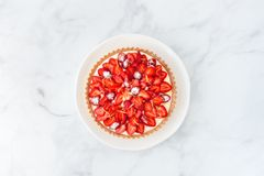 Взгляд сверху пирога клубники на белом мраморе стоковые фотографии rf