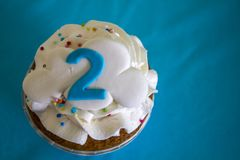 Взгляд сверху пирожного партии с номер два стоковое фото