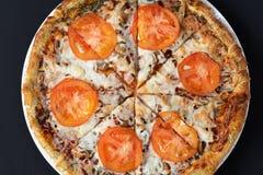 Взгляд сверху пиццы на черной деревянной предпосылке стоковые изображения