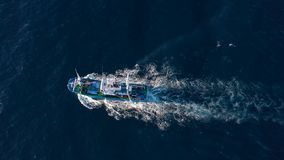 Взгляд сверху плавания рыбацкой лодки в Атлантическом океане