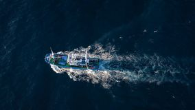 Взгляд сверху плавания рыбацкой лодки в Атлантическом океане Снятый на различных скоростях - ускоренных ход и нормальных