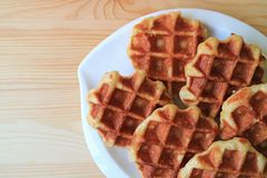 Взгляд сверху плиты бельгийских Waffles дальше служило на деревянном столе, с открытым космосом для текста Стоковое фото RF