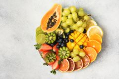 Взгляд сверху плодоовощей и ягод радуги Стоковое фото RF