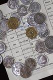 Взгляд сверху/плоское положение тратить деньги и оплату проиллюстрированные с монетками и месячным платежом членства, изолированн стоковые фотографии rf