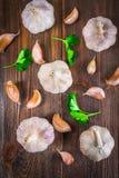 Взгляд сверху, плоское положение Шарик гвоздичного дерева чеснока и чеснока на коричневой древесине Стоковое Изображение