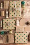 Взгляд сверху подарков на рождество положенных в коробку коричневым цветом Стоковые Фотографии RF