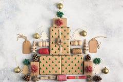 Взгляд сверху подарков на рождество положенных в коробку коричневым цветом Стоковое Изображение RF