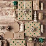 Взгляд сверху подарков на рождество положенных в коробку коричневым цветом Стоковые Изображения